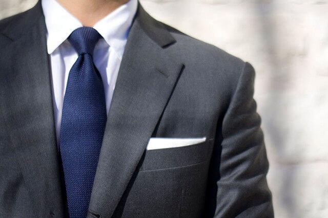 スーツをビシっと来ている男性