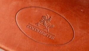 革に型押しされた「cocomeister」のロゴマーク