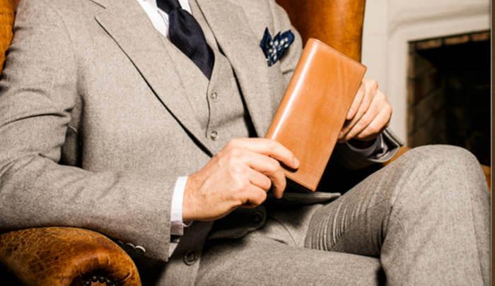 スーツを着た男性とココマイスターの長財布