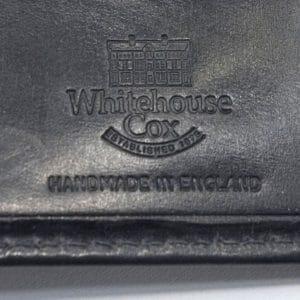 Whitehouse Coxと刻印された財布のレタープレスロゴ