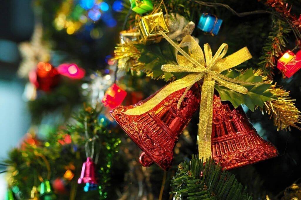 クリスマスツリーに飾られた二つのベル