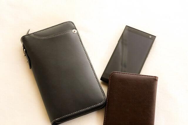 床に置かれた様々なタイプのメンズ財布
