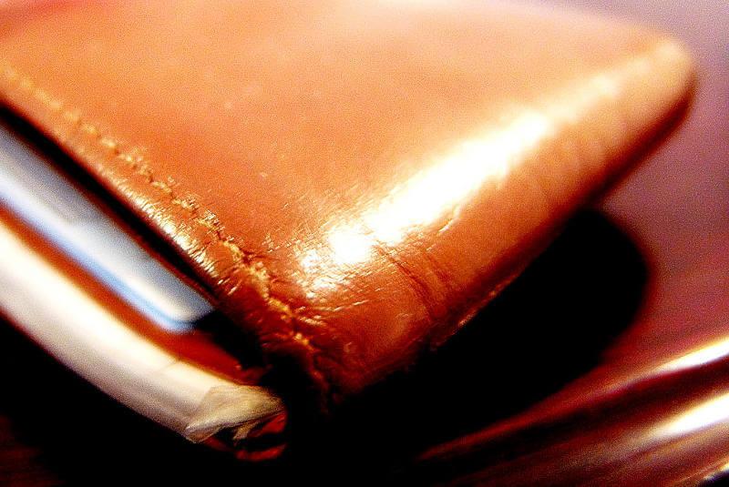 ヌメ革のつやが美しい財布のアップ写真