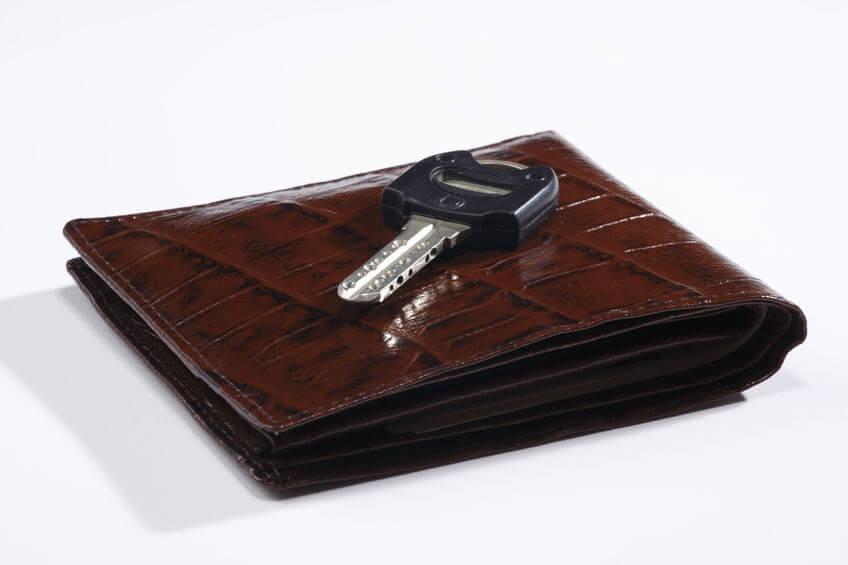 コンパクトにまとめたい人には、二つ折り財布がおすすめ