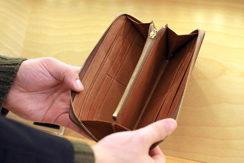 ココマイスター銀座一丁目店のラウンドファスナー財布を開いた様子
