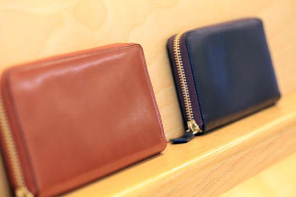 ココマイスター銀座一丁目店の棚に置かれた二つの革財布