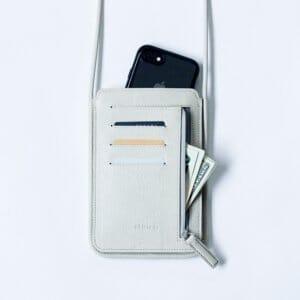 ①現金・小物を直接入れられる肩掛けカバン